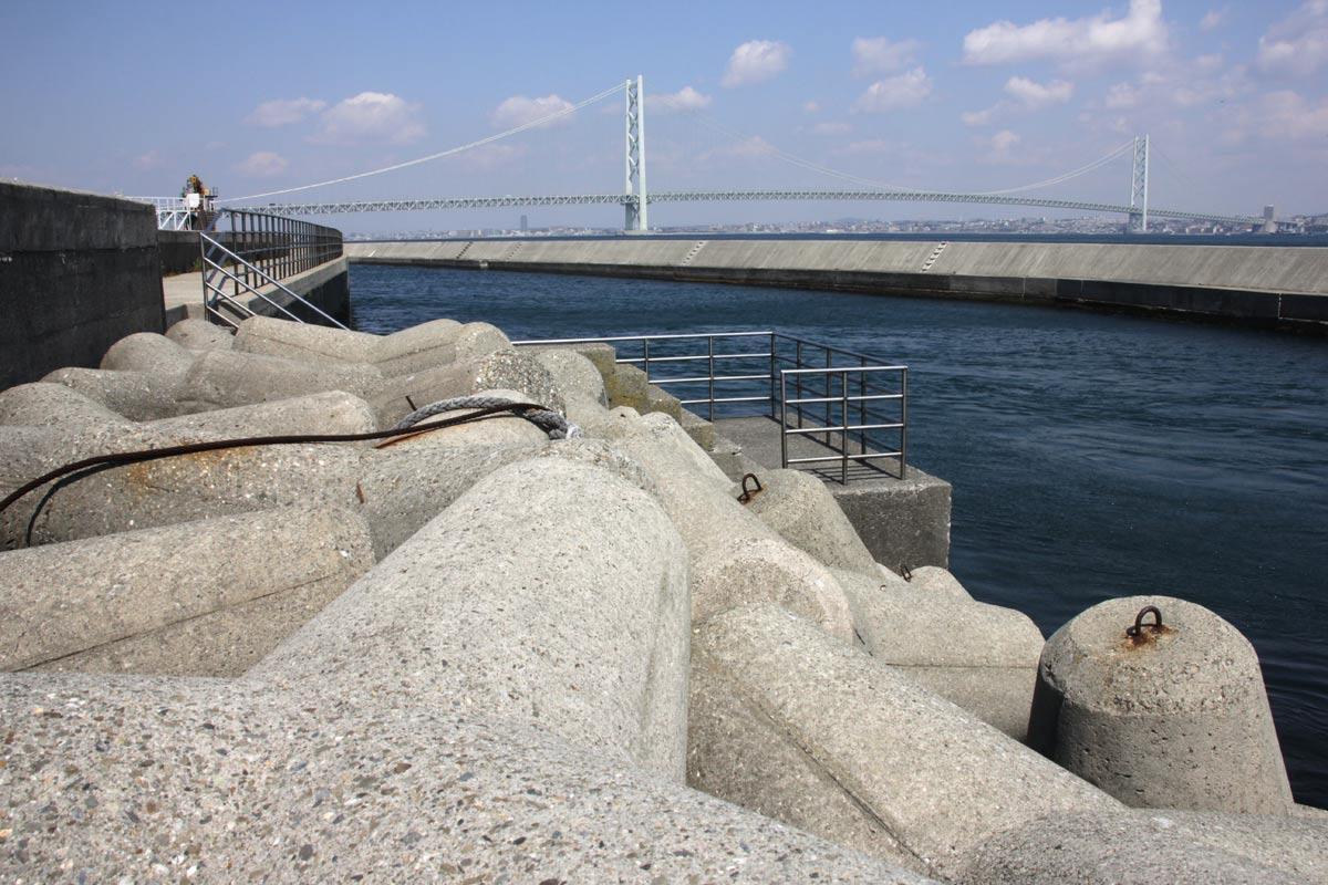 明石海峡大橋とテトラポッド